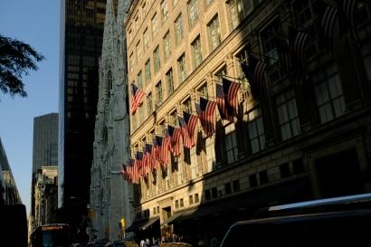 Kirchen und Wolkenkratzer stehen in New York in Reih und Glied.