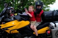 Emilys und Nathans Söhne erkunden die Mo