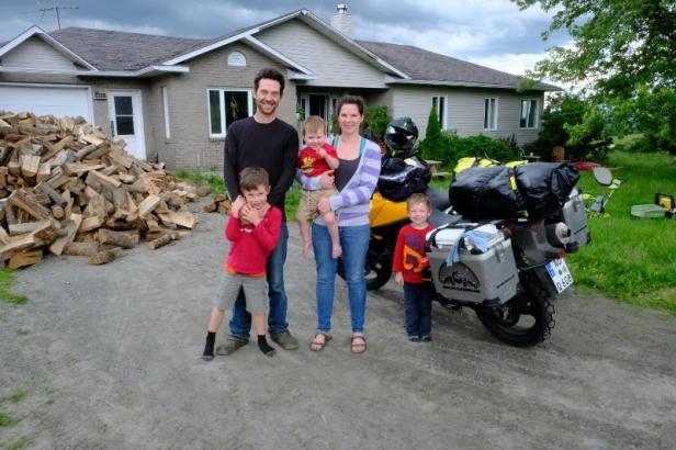 Nathan & Emily mit ihrer Familie sind unsere ersten Hosts in Canada und empfangen uns mit Lasagne - aus eigener Tierhaltung
