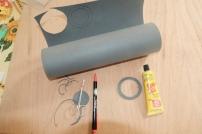 Tankdeckeldichtung-Reparaturkit fü 15 € bestehend aus: benzinfester Gummimatte (ca. 1 mm dick), benzinfestem Gummikleber, Stift und Nagelschere.Mit der Nagelschere einfach einen Ring mit den Radien der originalen Dichtung ausschneiden.