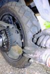 1. Mit der Zange den Nagel ziehen und mit dem Bohr- und Reibwerkzeug das Loch im Reifen soweit aufreiben, dass der Mushroom-Plug hindurchpasst. Tipp: meistens ist man zu vorsichtig und das Loch ist zu klein. Also beherzt bohren! So ein Reifen hält was aus.