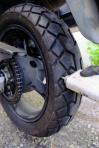 2. Das aufgebohrte Loch mit Vulkanisiermittel ausspritzen. Wir verwenden hier gerade welches aus der Reifenwerkstatt, das aus dem Fahrradflickset tut's aber genauso gut. Auch hier ruhig großzügig zu Werke gehen. Den Kleber die angegebene Zeit einwirken lassen.