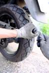 3.1 Der Mushroom-Plug wird in den Reifen geschraubt.