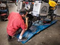 Jorge montiert Räder und neue Bremsbeläge. Wir brauchen uns um nichts zu kümmern!