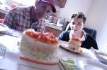Die Familie der Meisterköche mit lecker Sushi-Torte.