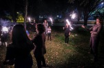 Für die Kleinen und die Weltreisenden gibt's dann noch Wunderkerzen-Weitwurf: Mit bengalischem Feuer werden die guten Wünsche und das Licht in die Welt gebracht.