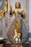 Eine überlebensgroße Christusstatue strahlt eine Entschiedenheit und Klarheit aus, wie ich sie noch bei keiner Christusdarstellung erlebt habe.
