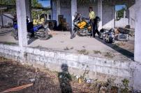 Die Mopeds sind gut entladen - vorerst nur vom Mango-Wagen.