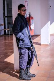 Mexikanische Polizei ausgerüstet mit überzeugenden Argumenten.