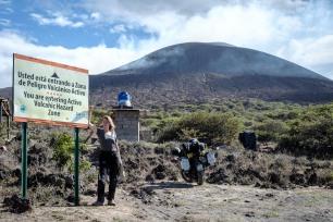 Endlich erreichen wir Vulkan Telica. Der Rauch verrät: dieser Vulkan ist aktiv!