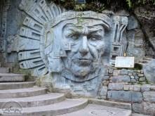Riesiege Inka Skulpturen zieren das Stadtbild von Aguas Calientes.