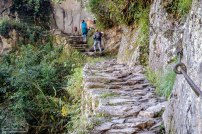 Ein schmaler Pfad führt zur Inka Brücke. Geländer is nich.