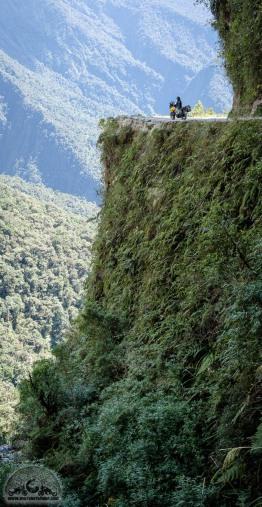 Die Death Road ist sagenhaft. Sie führt kurvig entlang der Berge und manchmal sogar unter kleinen Wasserfällen entlang. Kaum vorstellbar, dass früher hier LKW langgefahren sind...