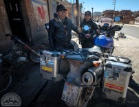 Der örtliche Schrauber des Vertrauens am Titicacasee repariert leider nur FAST alles. Aluschweißen ist in Bolivien eine Rarität.