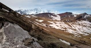 Hier erkennt man wirklich gut den steilen Aufstieg zum Rainbow Mountain. Kein Wunder, dass sich viele Touristen von Maultieren herauftragen lassen.