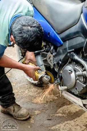 Nur passt sie wegen des überstehenden Schraubenkopfs leider nicht an mein Moped - da muss man noch etwas Platz machen!