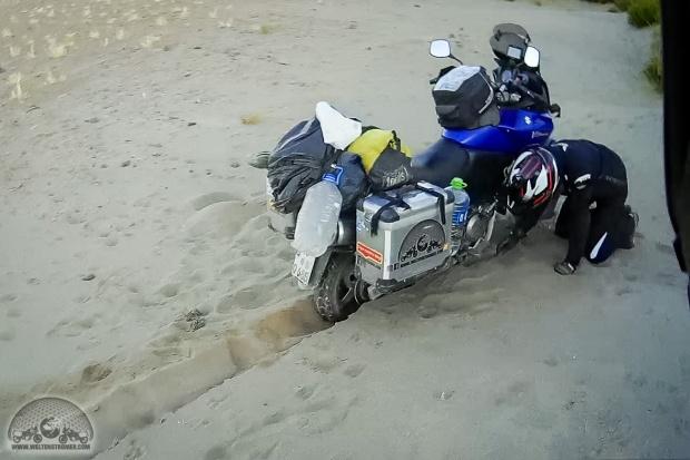 DL650 V-Strom, eingegraben, Motorradweltreise, offroad, Salar de Uyuni, Sand, Sena 10c, Shoei, Stadler, steckenbleiben, TKC70, Touratech_S10C0276-1_1180