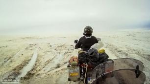 Erst fräsen wir uns durch knietiefen Salzmatsch auf dem Salar de Uyuni.