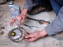 Mit Motoröl müssen die neuen Kupplungscheiben vor der Montage großzügig eingeschmiert werden