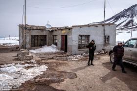 Zoll gibt's keinen an der bolivianischen Grenze nach Chile - für nur 20 USD fährt der nette Grenzbeamte die 80 km zum Zoll durch Matsch und Schnee. Faires Angebot - nochmal 160 km hin und zurück über die nicht vorhandenen Straßen wollen wir dafür auf keinen Fall fahren.